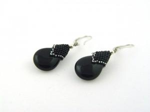Czarne kolczyki w kształcie łezki.