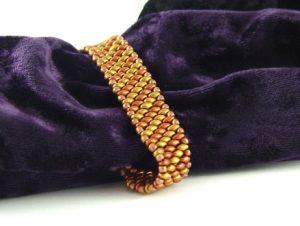 Bransoletka z koralików SuperDuo w odcieniach starego złota.
